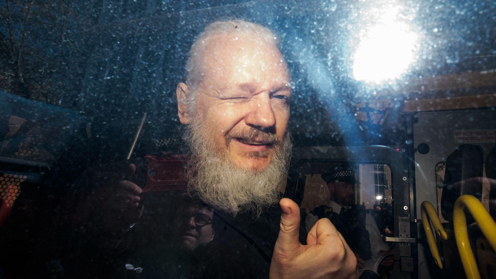 Власти США выдвинули против Джулиана Ассанджа новые обвинения в сговоре с участниками Anonymous и LulzSec.