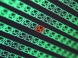 Злоумышленники распространяют вредонос, внедряясь в ветки электронных переписок