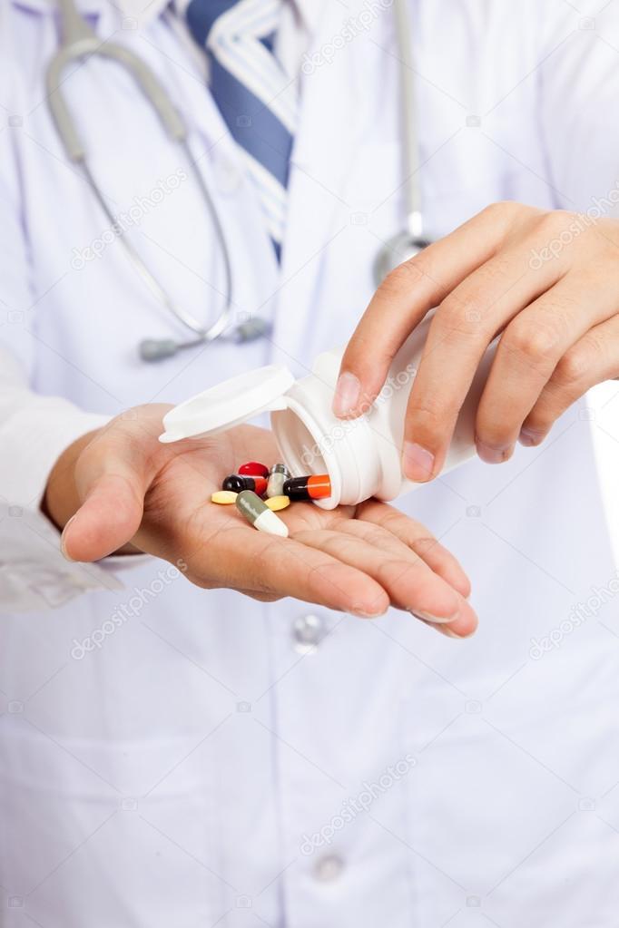 Доставлять лекарства из онлайн-аптек разрешат только врачам и фармацевтам