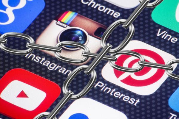 Роскомнадзор сможет требовать от магазинов приложений блокировки контента